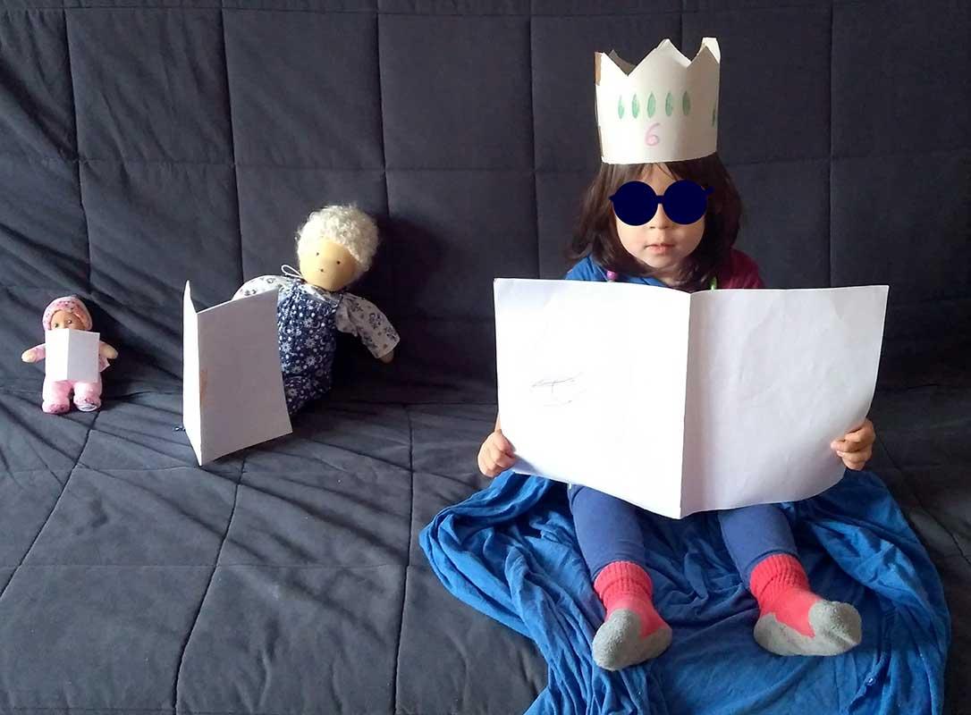 niña con disfraz y muñecas