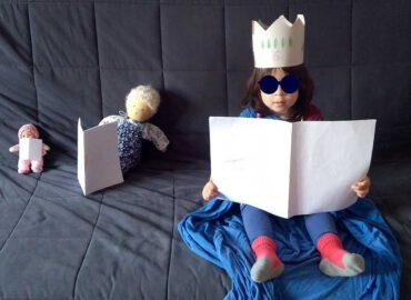 Mädchen mit Verkleidung und Puppen